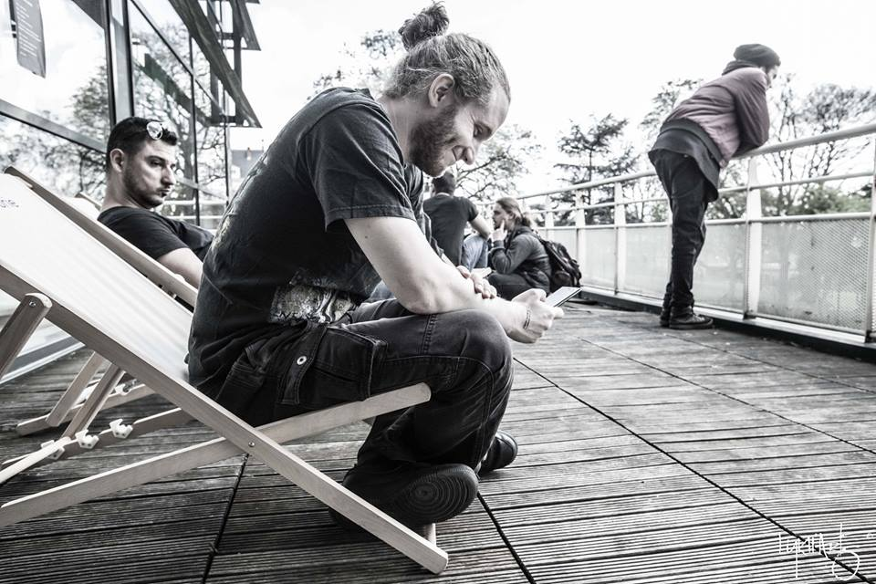 Chilling on the terrasse at HSMF - photo by Lykh'arts